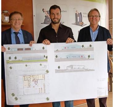 Bürgermeister Josef Bauer (l.) zeigte sich beeindruckt von dem Gebäude, das Christian K. Scherer baut. Geplant wurde das 1,5-Millionen-Euro-Projekt von Architekt Johannes Berschneider (r.). Foto: Tost